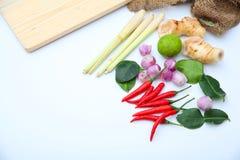 Ingredienti tailandesi del condimento dell'alimento di Tomyum su fondo bianco Fotografie Stock