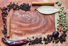 Ingredienti tipici per i granelli di pepe del garam del nero di masala, il macis, la cannella, i chiodi di garofano, i peperoncin fotografie stock