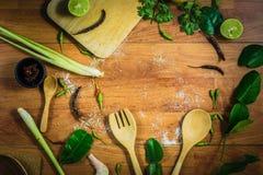 Ingredienti TomYam di vista superiore su una tavola di legno Fotografia Stock