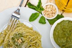 Ingredienti tradizionali italiani della pasta di pesto del basilico Immagini Stock Libere da Diritti