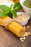 Ingredienti tradizionali italiani della pasta di pesto del basilico Fotografia Stock Libera da Diritti