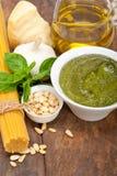 Ingredienti tradizionali italiani della pasta di pesto del basilico Immagine Stock