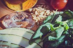 Ingredienti vegetariani per la cottura sulla tavola di legno: colori d'annata Immagine Stock