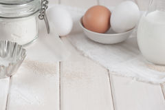 Ingredietns für Kuchen auf dem weißen Hintergrund Lizenzfreie Stockbilder