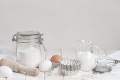 Ingredietns für Kuchen auf der weißen Tabelle Lizenzfreies Stockfoto