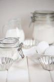 Ingredietns für Kuchen auf der weißen Tabelle Stockbild