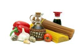 Ingrediënten voor het koken van deegwaren op witte achtergrond worden geïsoleerd die Royalty-vrije Stock Afbeelding