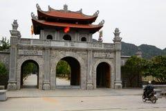 Ingresso al tempio di re Dinh Tien Hoang Hoa LU Provincia di Ninh Binh vietnam fotografie stock