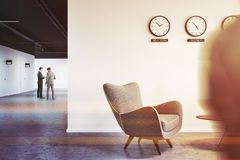 Ingresso bianco dell'ufficio della parete con gli orologi, la gente Fotografie Stock
