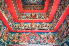 Ingresso buddista con il soffitto e le pareti dipinti Fotografie Stock Libere da Diritti