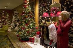 Ingresso dell'albergo di lusso delle luci degli alberi di Santa Claus Christmas Immagine Stock Libera da Diritti