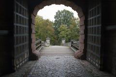 Ingresso dell'entrata alla fortezza Marienberg con porte ed il ponte del metallo e di legno fotografia stock
