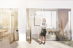 Ingresso moderno bianco e verde dell'ufficio, manifesto tonificato Fotografie Stock
