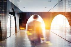 Ingresso moderno dell'ufficio, pareti nere, arché, uomo Immagine Stock