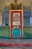 Ingresso Padlocked alla stazione di servizio abbandonata Immagine Stock Libera da Diritti