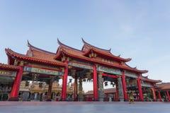 Ingresso rosso del tempio cinese fotografia stock