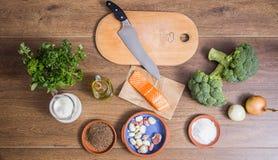 Ingridience per crema della minestra dei broccoli con la vista superiore di color salmone Fotografia Stock