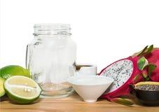 Ingridientes voor energie smoothies met een lege metselaarkruik op w stock afbeelding