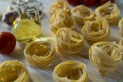 Ingridients et épice de pâtes sur la surface en bois Images stock