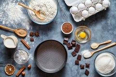 Ingridients för bröd, för pizza, för pasta eller för pajen för degförberedelserecept, matlägenhet lägger på köksbordbakgrund arkivbild