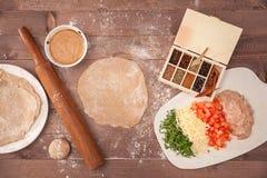 Ingridients für Taco auf hölzernem Hintergrund Lizenzfreie Stockfotografie