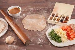 Ingridients für Taco auf hölzernem Hintergrund Lizenzfreies Stockfoto