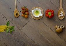 Ingridients para las pastas con los tomates Imagen de archivo
