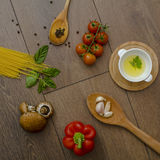 Ingridients para las pastas con los tomates Fotografía de archivo libre de regalías