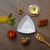 Ingridients pour des pâtes avec des tomates Images libres de droits