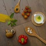 Ingridients pour des pâtes avec des tomates Photographie stock libre de droits