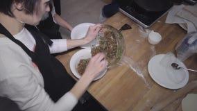Ingridients serventi dell'alimento della gente all'officina stock footage