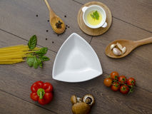 Ingridients voor deegwaren met tomaten Stock Foto's