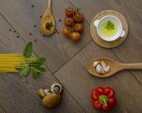 Ingridients voor deegwaren met tomaten Royalty-vrije Stock Fotografie