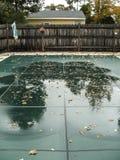 Inground-Pool mit Sicherheitsabdeckung stockbild