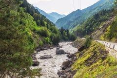 Inguri flod på bergvägen mellan steniga lutningar royaltyfri fotografi