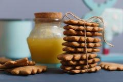 Ingwerplätzchen mit Honig, Tee und Elchen Stockfoto
