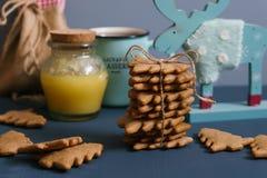 Ingwerplätzchen mit Honig, Tee und Elchen Stockfotografie