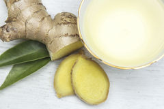 Ingwertee von Frischen Ingwer. Ginger tea and  Fresh Ginger root Stock Images