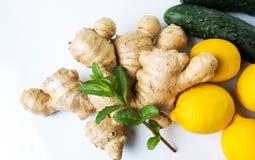 Ingwerwurzel mit Zitronen und Gurken Stockbilder