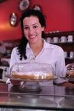 Inhaber eines Kuchenspeicherkaffee Stockbild