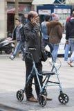 Inhabilitado con la silla de ruedas y la situación con el teléfono móvil Barcelona, España fotografía de archivo libre de regalías