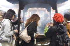 Inhalación de humo del incienso en Tokio Imagenes de archivo