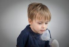Inhalación takeing del niño pequeño para el didease respiratorio Imagen de archivo libre de regalías