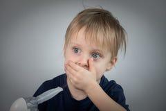 Inhalación takeing del niño pequeño para el didease respiratorio Foto de archivo