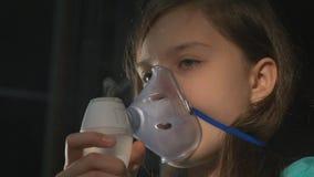 Inhalacyjna Chora dziewczyna z inhalatorem w Żywym pokoju zbiory wideo
