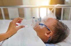 Inhalacyjny ch?opiec wiek o 1 lat na cierpliwym ? obrazy stock