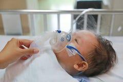Inhalacyjny ch?opiec wiek o 1 lat na cierpliwym ? fotografia royalty free
