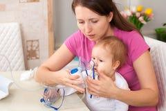 Inhalacyjny dziecko robi dziecka mama obraz royalty free