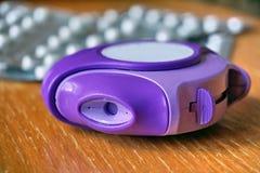Inhalador de la alergia usado para reducir la reacción alérgica y del asma en color azul y violeta Imagenes de archivo