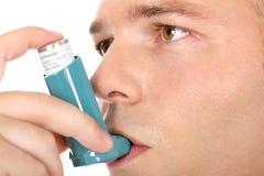 Inhalador de la medicina del asma de la explotación agrícola del hombre Fotos de archivo libres de regalías